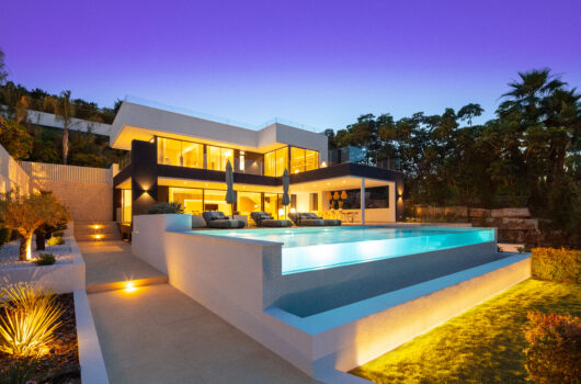/property/luxurious-villa-located-in-the-heart-of-nueva-andalucia-mas037453